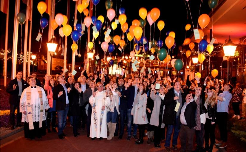 Buntes Ballonmeer voller Wünsche: Europa-Park Künstler erhalten Segen für die Saison