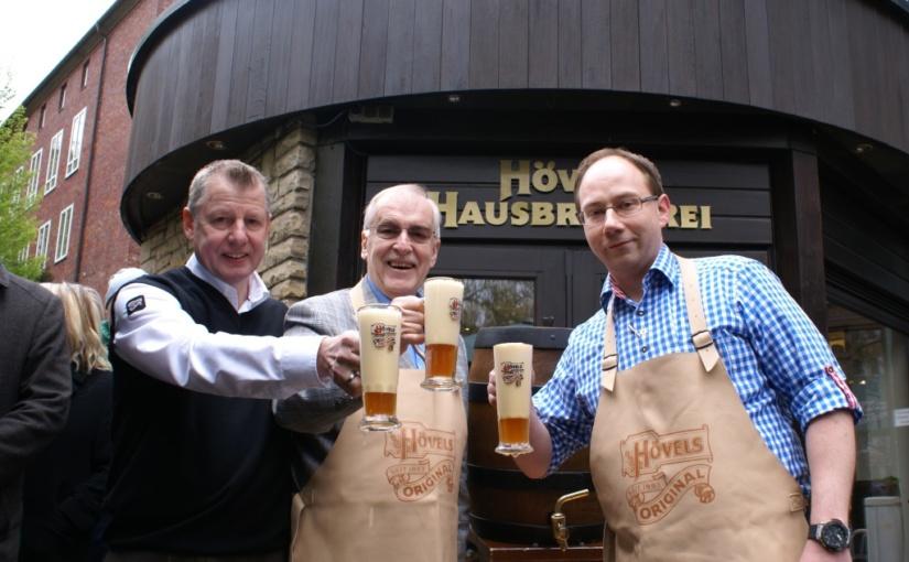 Bürgermeister eröffnet die Maibocksaison – Traditioneller Fassanstich in der Hövels Hausbrauerei