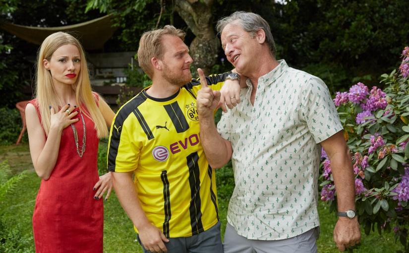 """Dortmund gegen Bayern – aber bitte mit Gefühl! Drehstart für die romantische SAT.1-Fußballkomödie """"Volltreffer"""" (AT) mit Axel Stein, Julia Hartmann und Tom Gerhardt"""
