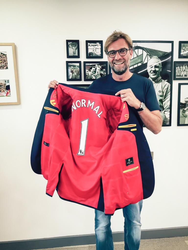 Jürgen Klopp, Kult-Trainer des F.C. Liverpool erhält das erste Trikot-Jackett.