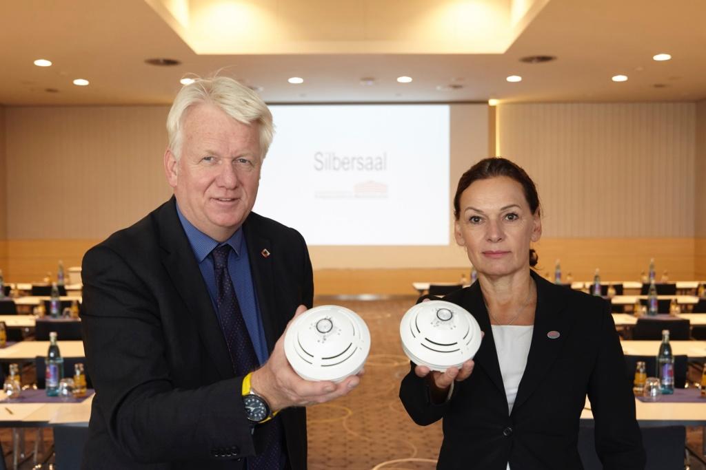 Eine wichtige Investition beim Umbau floss in den Brandschutz. Ullrich Sierau und Sabine Loos zeigen Brandmelder im Silbersaal.
