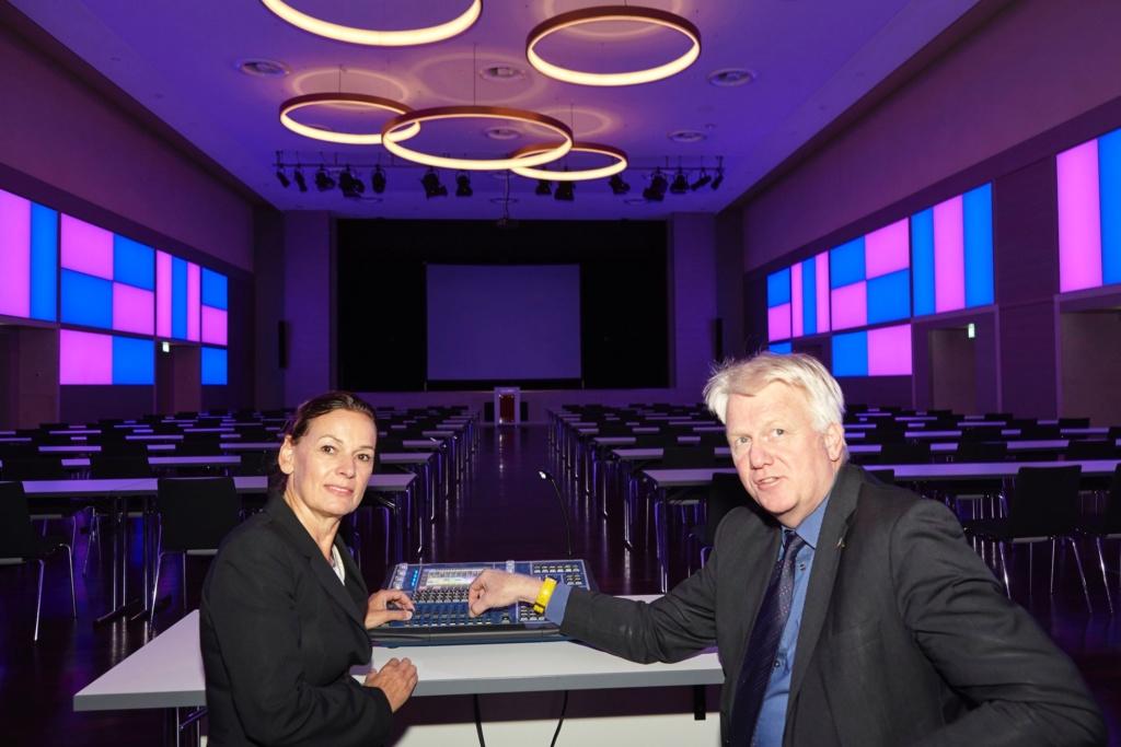 Die neue Beleuchtung im Goldsaal ist installiert und kann den Raum in beliebige Farben tauchen. Dortmunds Oberbürgermeister Ullrich Sierau und Sabine Loos, Hauptgeschäftsführerin der Westfalenhallen Dortmund GmbH, versuchen sich einmal an der Steuerung.